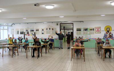 Много шарена књига и Мирко Марковић са читалићима у школи у Пецкој и у библиотеци у Осечини